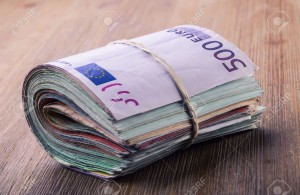 thumb_2423244_close-up-d-une-banque-euro-billets-roule-sur-la-table-en.jpg