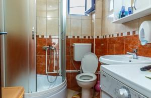 thumb_2447979_orange-bathroom.jpg